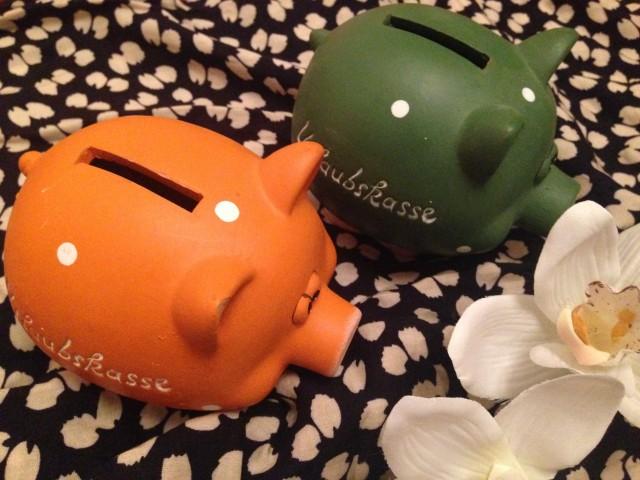 Zwei Sparschweine, orange und grün