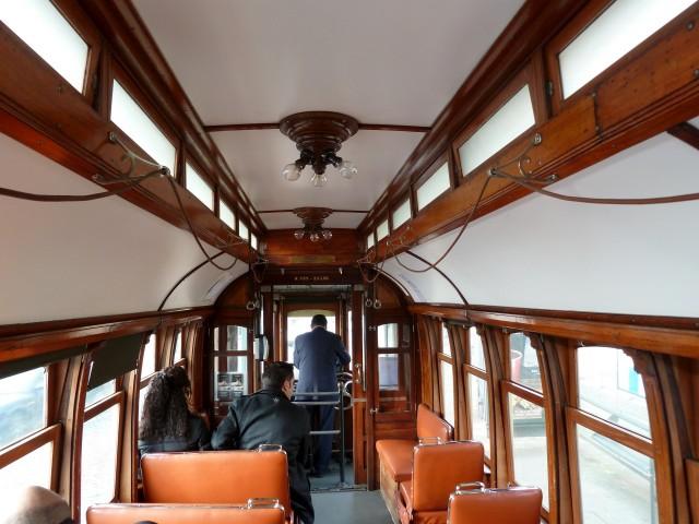 Historische Straßenbahn in Porto von innen