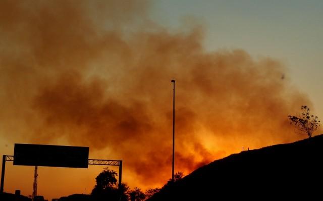Waldbrand neben der Autobahn in Brasilien