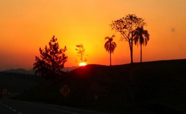Sonnenuntergang auf der Autobahn in Brasilien