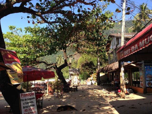 Vila do Abraao auf Ilha Grande mit Strand, Wegen und Häuschen