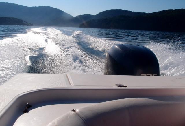 Motorboot auf dem Meer vor der Ilha Grande