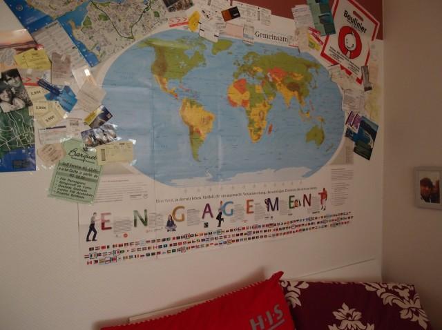Weltkarte mit Tickets & Co über dem Bett